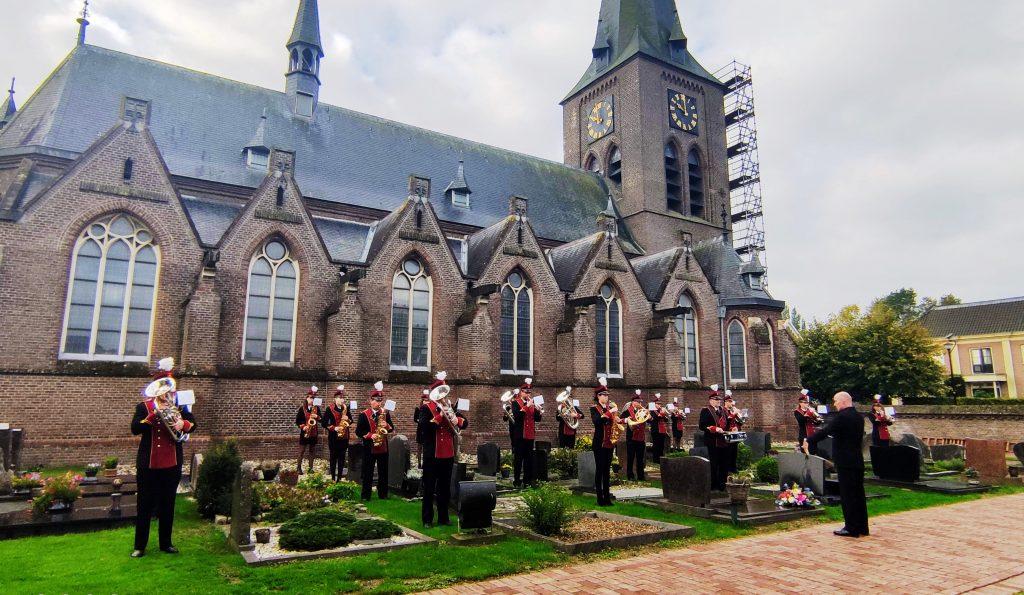 Foto van een kranslegging op het kerkhof van de Walburgiskerk